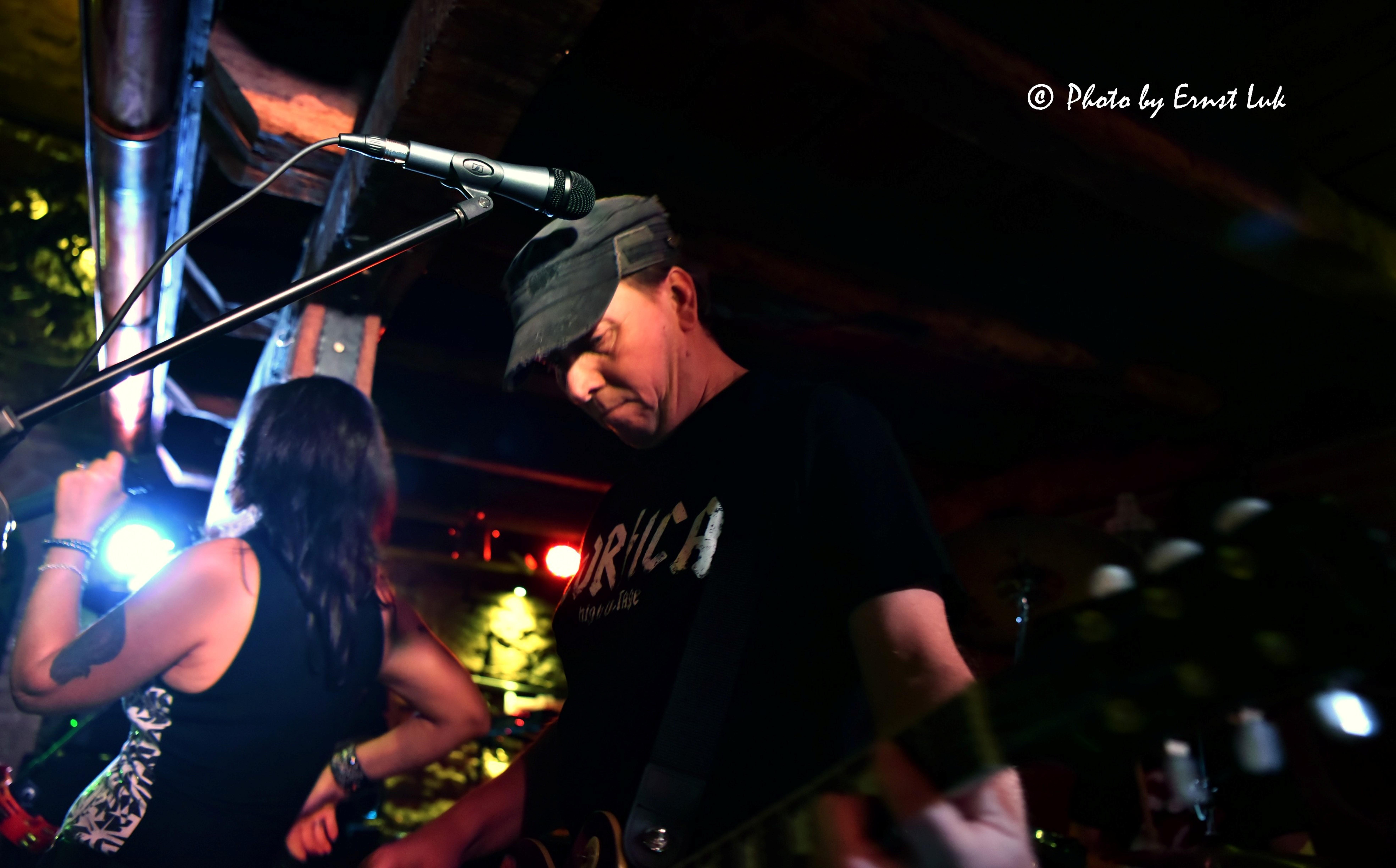 Der Gitarrist Hartmut Kaukel von Wild@HEart performt im Stall Schwerte