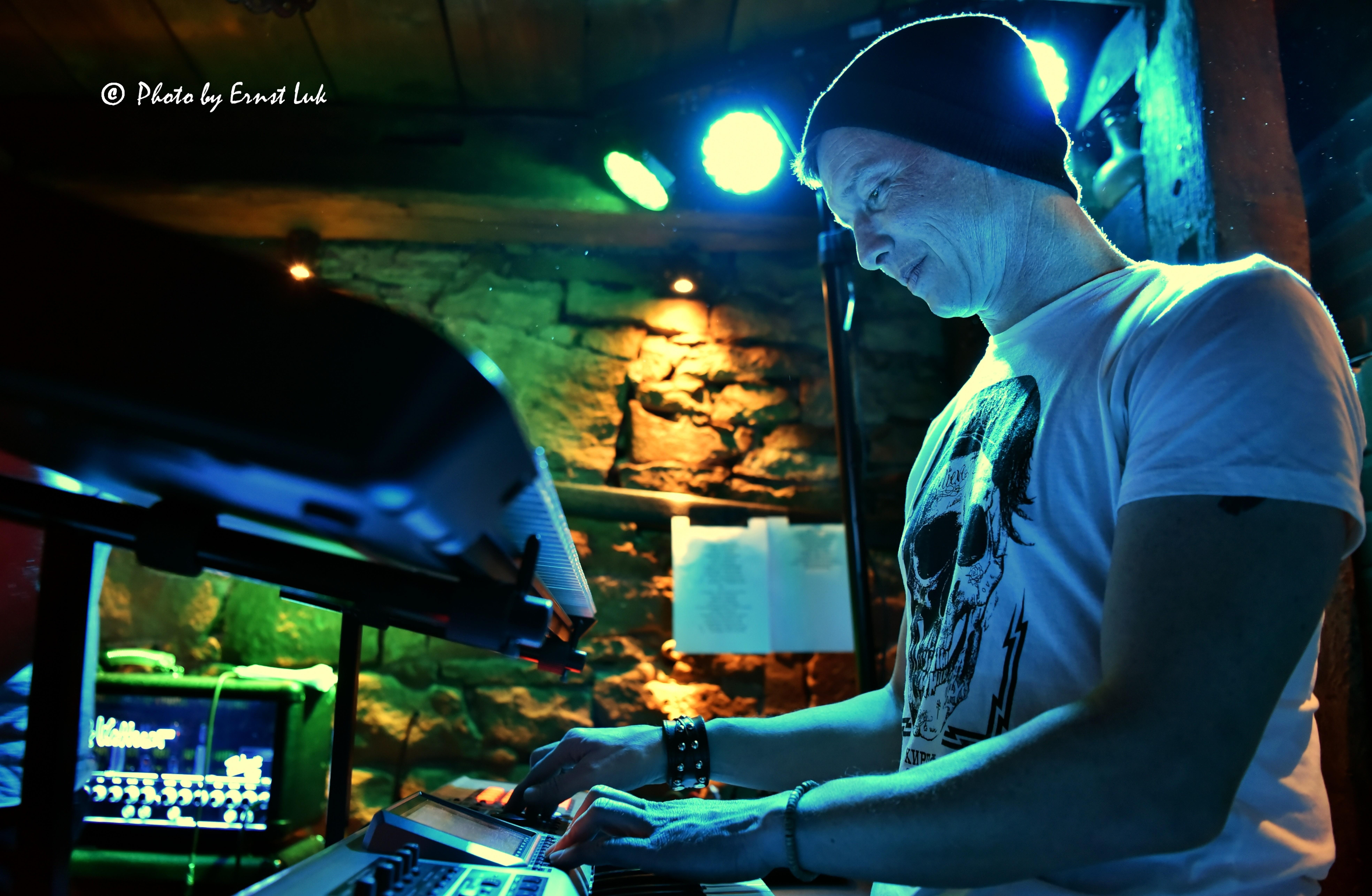 Der Keyboarder Peter Albert von Der Schlagzeuger Martin Rochowiak von der Band Wild@Heart spielt auf einem Synthesizer