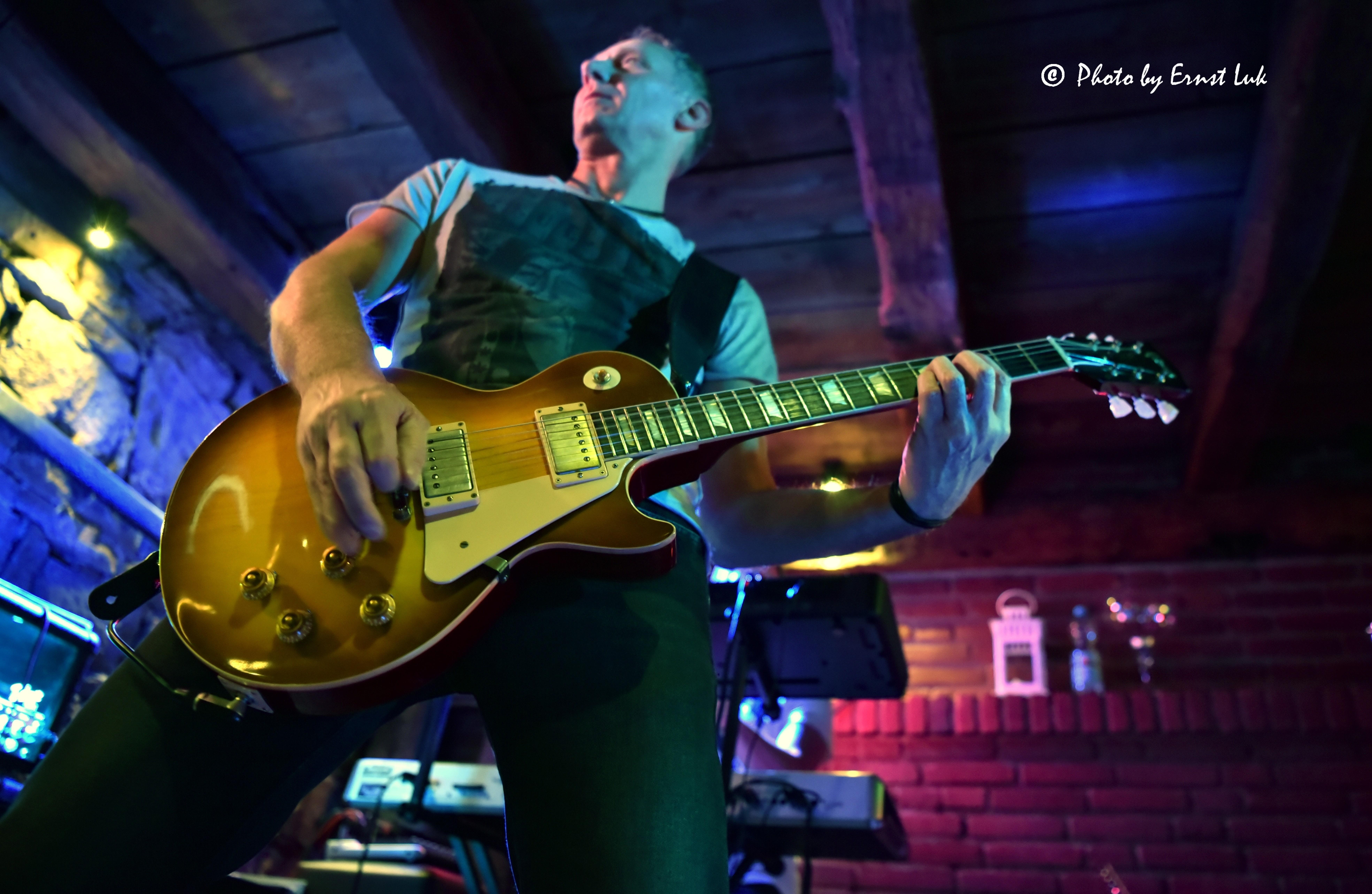 Der Gitarrist Frank Seidler mit seiner E-Gitarre im Stall Schwerte