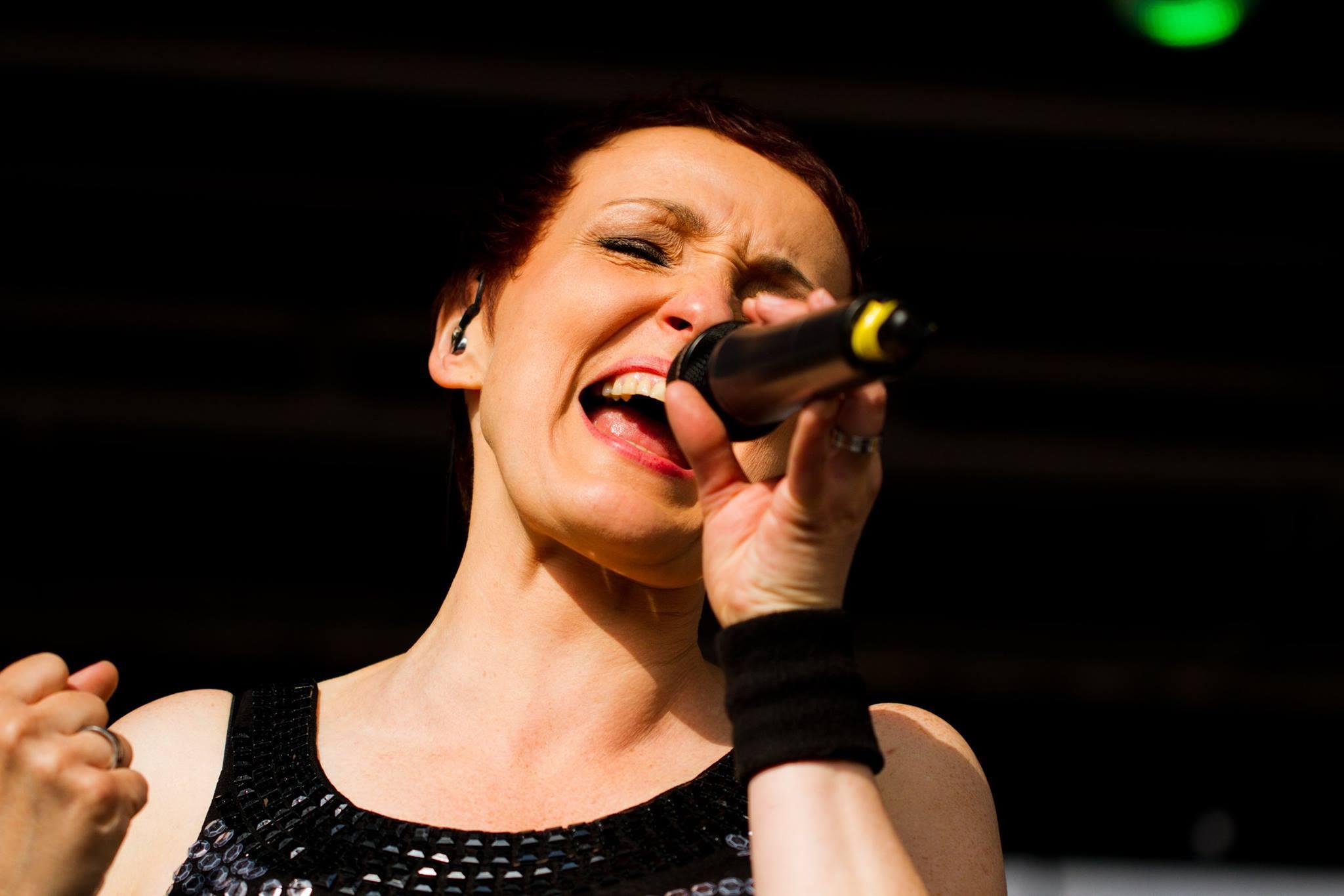 Die Sängerin Aurora Menzel performt auf einer Bühne