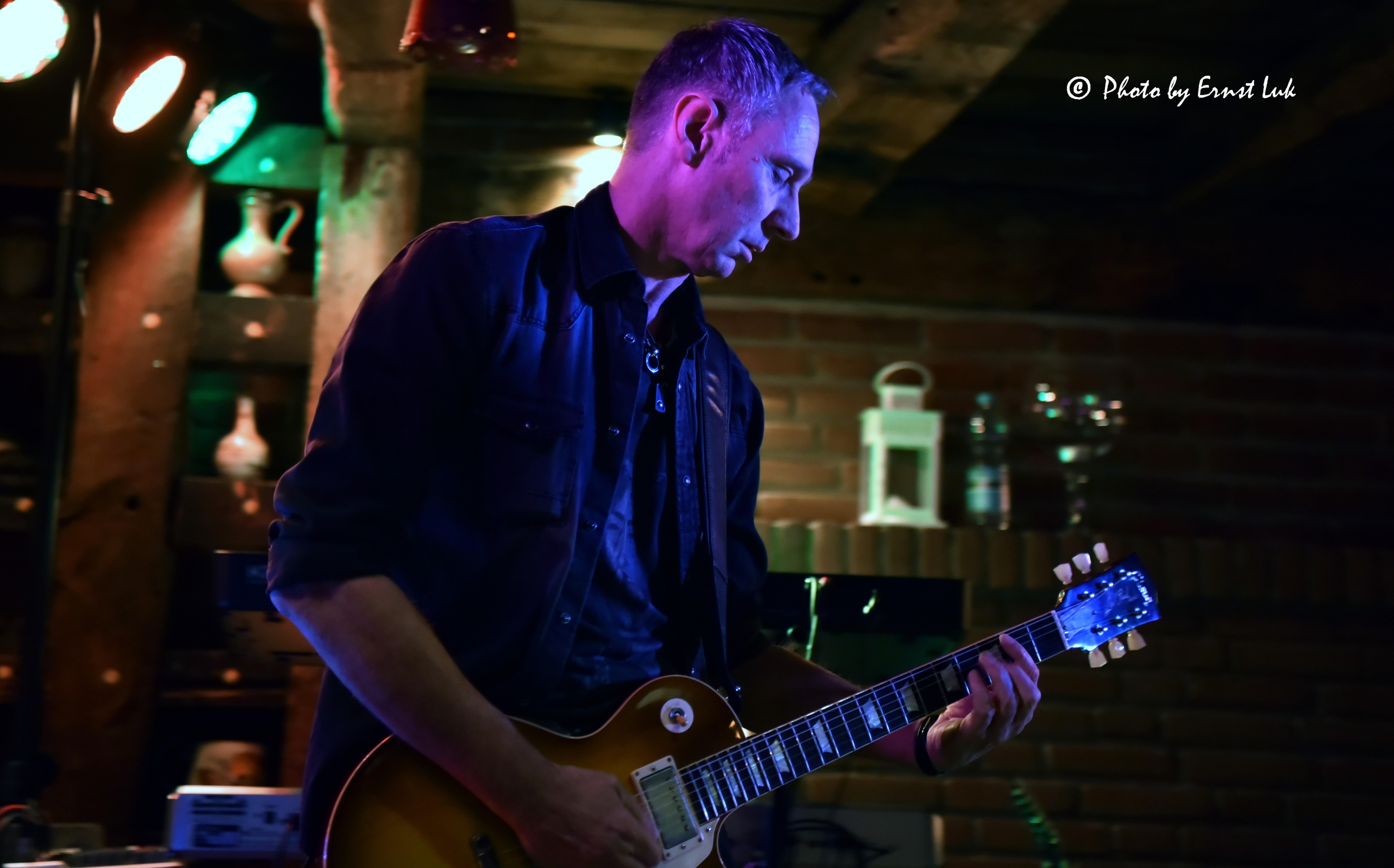 Der E-Gitarrist Frank Seidler von Wild@Heart performt auf einer Bühne