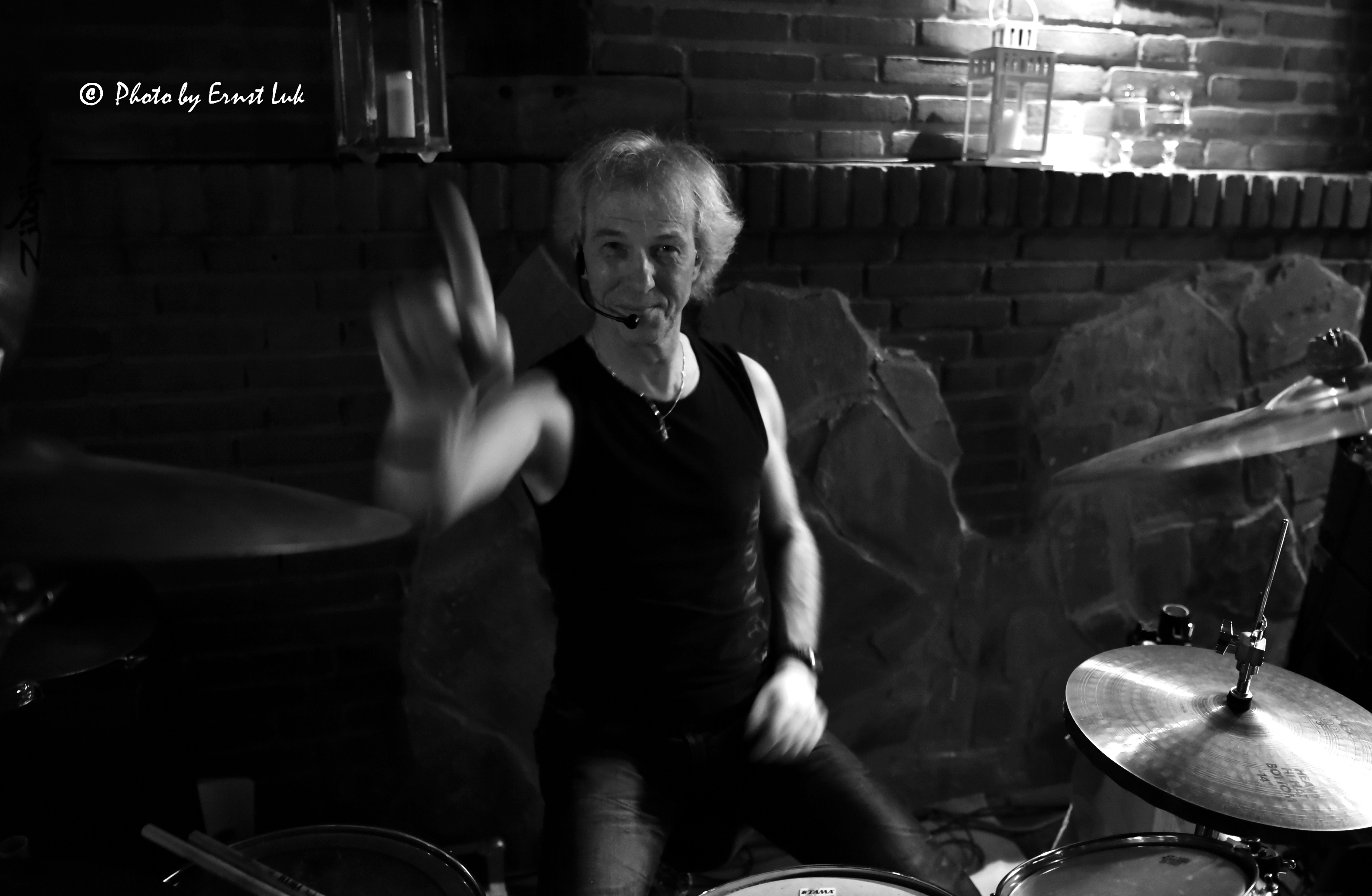 Ein schwarz-weiß-Foto des Wild@Heart-Drummers Martin Rochowiak
