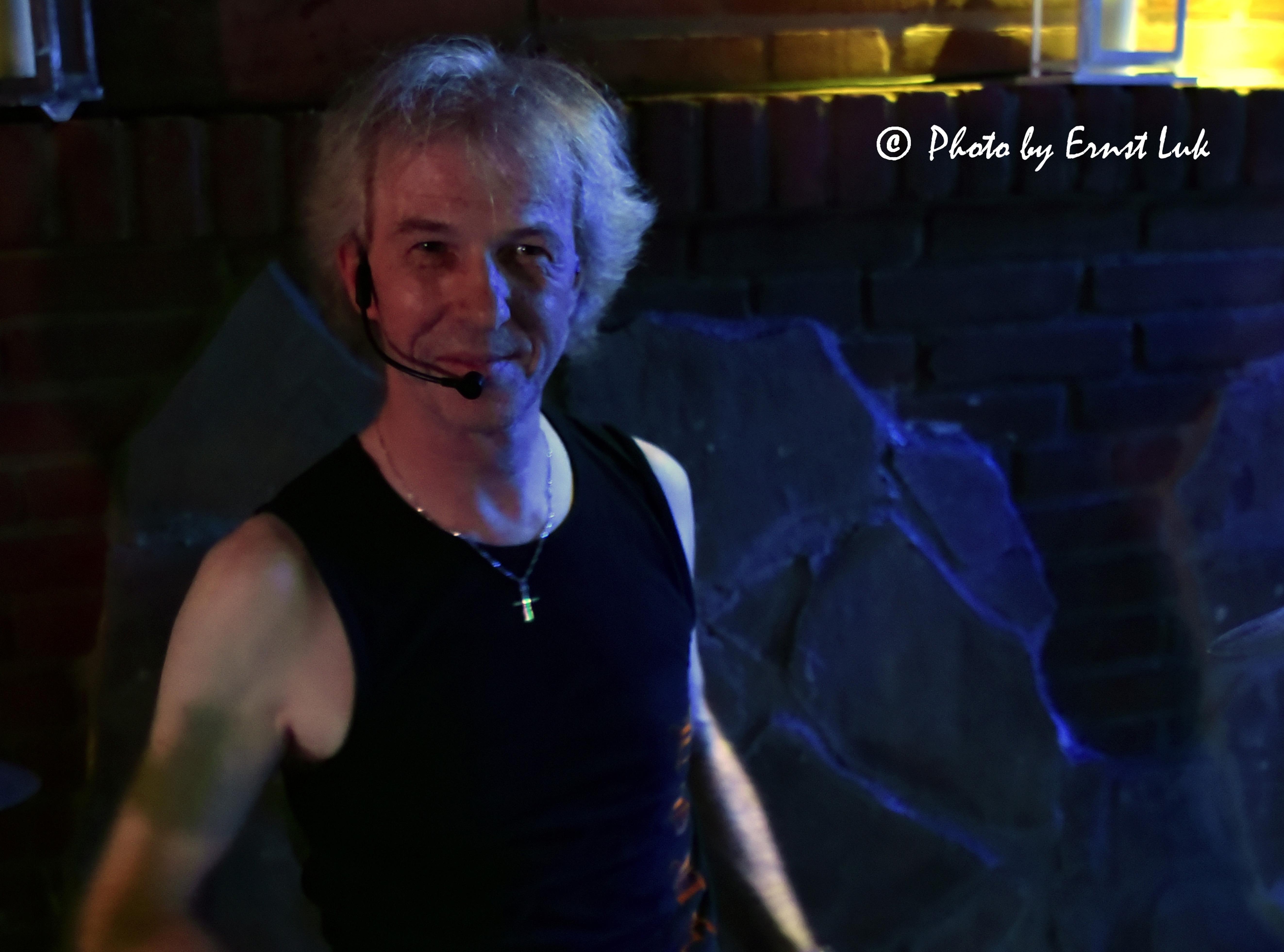 Der Schlagzeuger Martin Rochowiak von der Band Wild@Heart lächelt in die Kamera
