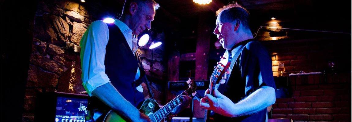 Die Gitarristen Hartmut Kaukel und Frank Seidler performen im Stall Schwerte