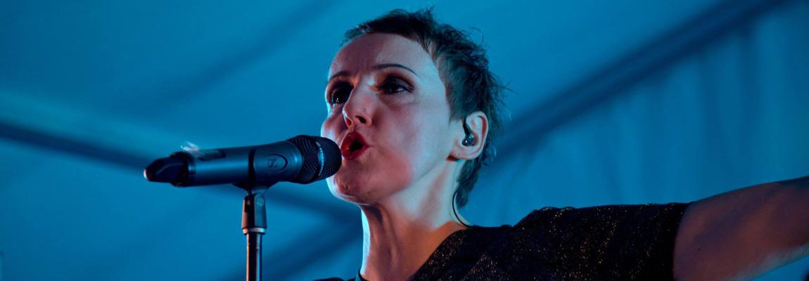 Die Sängerin Aurora Menzel von Wild@Heart performt in einem Festzelt