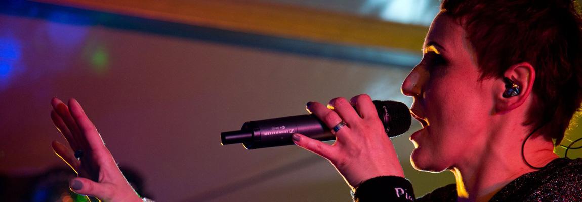 Die Musikerin Aurora Menzel von Wild@Heart sing in ein Funkmikro