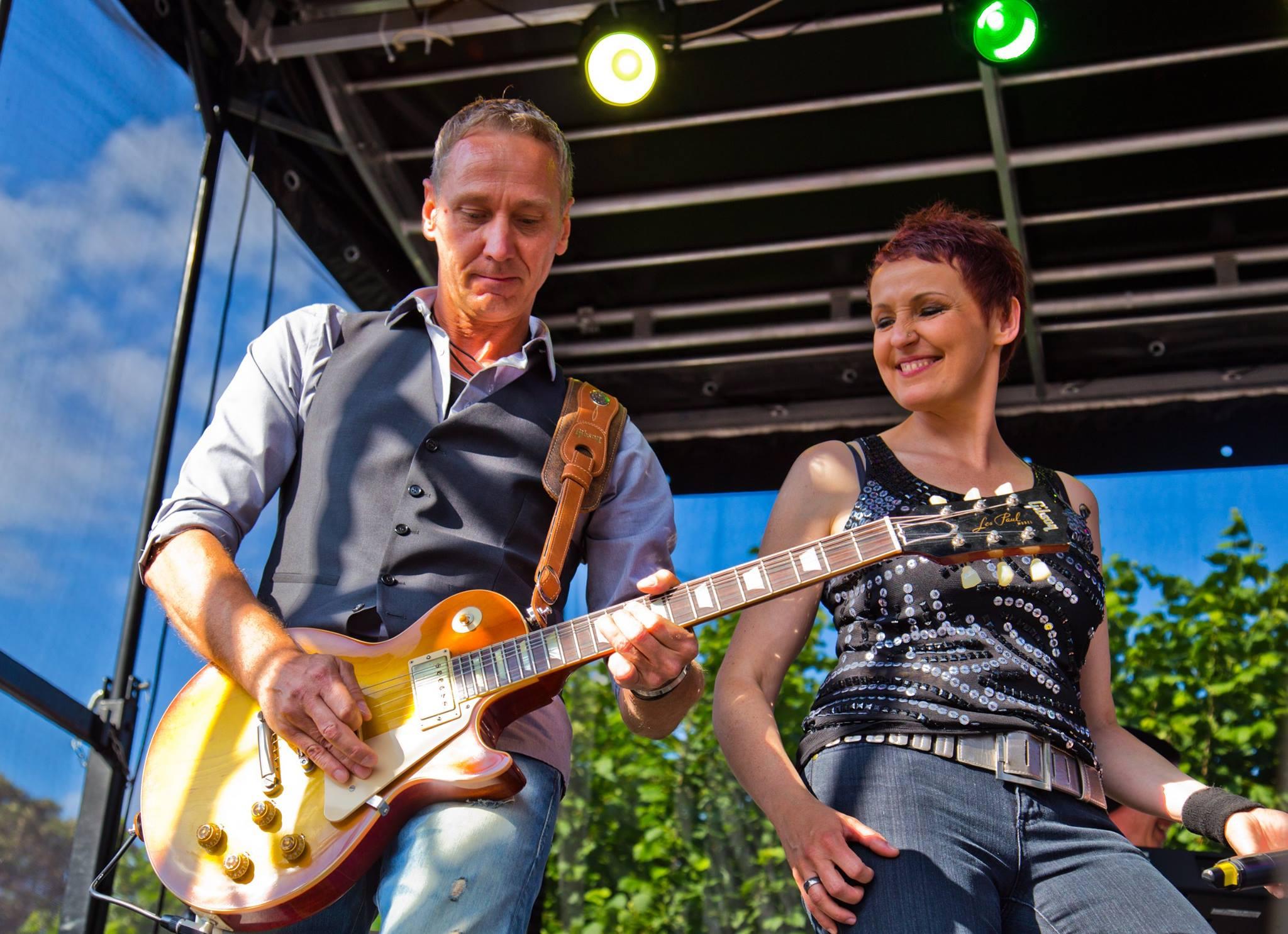 Die Musiker Aurora Menzel und Frank Seidler performen live beim Bleicherfest in Wuppertal